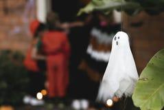 Партия хеллоуина с фокусом или обрабатывать детей стоковое изображение rf