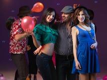 Партия 3 молодые люди танцуя совместно Стоковая Фотография