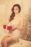 Партия Christmans, женщина зимних отдыхов с подарочной коробкой Новый Год стоковое изображение rf