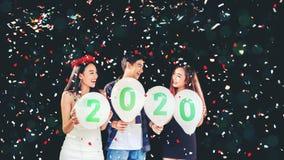 Партия Newyear, партийная группа торжества азиатских молодых людей держа 2019 воздушного шара счастливая и смешная концепция стоковое фото