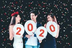 Партия Newyear, партийная группа торжества азиатских молодых людей держа 2019 воздушного шара счастливая и смешная концепция стоковое фото rf
