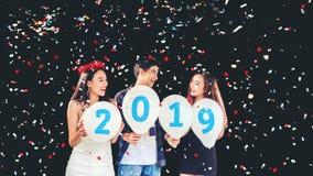 Партия Newyear, партийная группа торжества азиатского молодые люди hol стоковая фотография rf