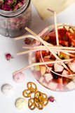 Партия sungria плодоовощ большое стекло, серии солом на таблице Стоковые Изображения