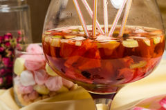 Партия sungria плодоовощ большое стекло, серии солом на таблице Стоковые Изображения RF