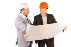 2 партнера архитектора обсуждая светокопию Стоковая Фотография