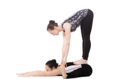 2 партнера Yogi женских делая тренировку йоги Стоковое Изображение