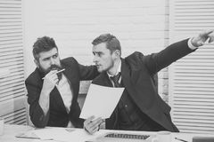 партнерство дела Деловые партнеры, бизнесмены обсуждают дело на встрече в офисе доллар принципиальной схемы удя крытую работу взг Стоковые Фото
