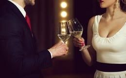 партнерство clink стекла с белым вином пар на встрече стоковая фотография