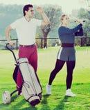 Партнеры гольфа играя совместно Стоковые Изображения