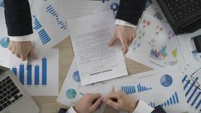 Партнеры подписывая договор на покупку, сотрудничество 2 компаний, взгляд сверху видеоматериал