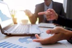 Партнеры предпринимателей обсуждая документы и идеи стоковые изображения rf