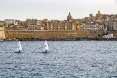 2 парусника на St Elmo преследуют, skyscape Валлетты городское на заднем плане стоковое фото rf