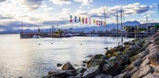 Парусники в гавани на заходе солнца на озере Garda Италии стоковые изображения