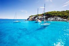 Парусники в красивом заливе, острове Paxos, Греции Стоковая Фотография RF