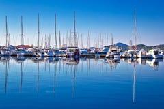 Парусники и яхты в взгляде отражений гавани Стоковая Фотография RF
