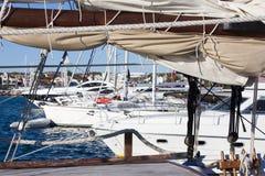 Парусники и яхты поставленные на якорь в Vodice, Хорватии Стоковые Фотографии RF
