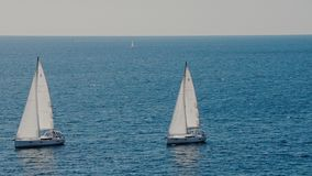 Парусники на горизонте в красивом Адриатическом море сток-видео