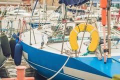 Парусники на пристани в яхт-клубе стоковая фотография rf