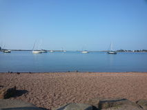 Парусники на lakeshore Стоковые Фотографии RF
