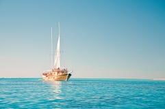 Парусник в голубом море Стоковое Изображение