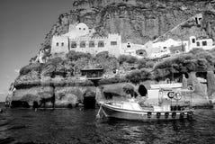 Парусник в заливе острова Santorini, Греции Стоковые Фото