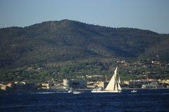 Парусник в заливе St Tropez стоковые изображения