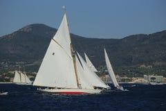Парусник в заливе St Tropez стоковая фотография rf