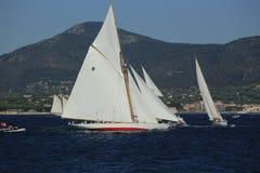 Парусник в заливе St Tropez стоковые фотографии rf