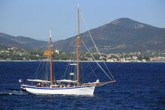 Парусник в заливе St Tropez стоковые изображения rf