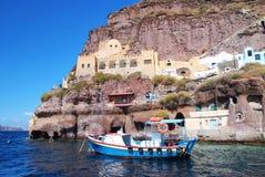 Парусник в заливе острова Santorini, Греции Стоковые Изображения