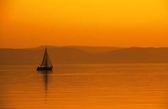 Парусник в оранжевом заходе солнца Стоковое Изображение RF