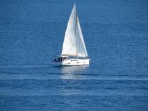 Парусник в открытом море яхта sailing Стоковые Фотографии RF