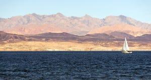 Парусник едет ветрило лодочников рекреационной зоны мёда озера ветр Стоковая Фотография RF