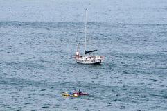 Парусник и каное в море около Gordons преследуют Стоковая Фотография RF