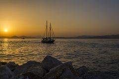 Парусник на заходе солнца в Марине Alimos в Афинах, Греции стоковое фото