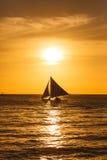 Парусник на заходе солнца на тропическом море Фото силуэта Стоковое Фото