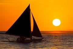 Парусник на заходе солнца на тропическом море Фото силуэта Стоковое фото RF