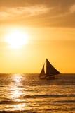 Парусник на заходе солнца на тропическом море Фото силуэта Стоковое Изображение