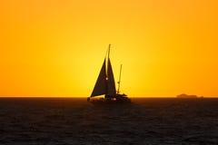 Парусник на заходе солнца Стоковые Изображения