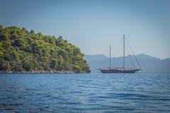 Парусник на море лефкас, в Греции стоковые изображения