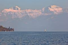 Парусник на озере Thun, Швейцарии стоковые изображения rf