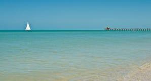 Парусник на штилях на море приближать к пристань Стоковые Фото