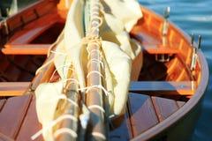 Парусник, ностальгия, в лете на озере, вызвал Lateiner, старый парусник стоковая фотография