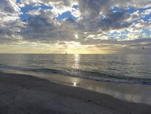 Парусник океана на заходе солнца Стоковое Изображение