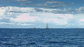 Парусник плавая на море Береговая линия в предпосылке сток-видео
