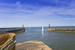 Парусник покидая гавань Whitby стоковые фото