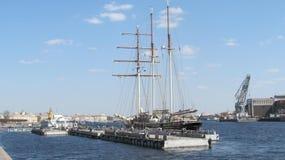 парусник причалил к пристани Санкт-Петербурга стоковые фотографии rf