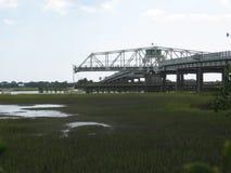 Парусник пропуская через мост Сойера ben в Чарлстоне Южной Каролине стоковые изображения rf