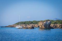 Парусник скалой в море Греции стоковое фото rf