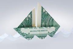 Парусник счета origami доллара в бумажных волнах бумажный корабль Предпосылка Moneygami Стоковые Изображения